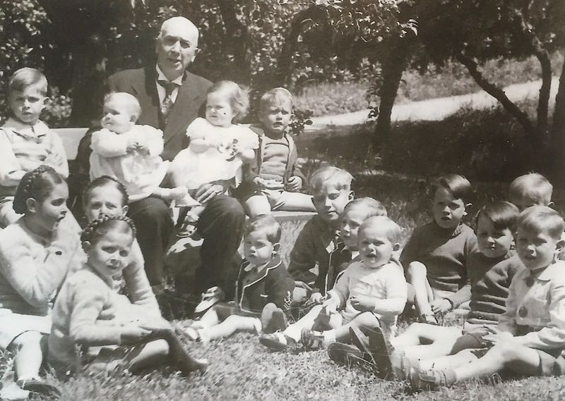 1938 - Amadeo Maristany Oliver  con todos sus nietos en San Sebastián
